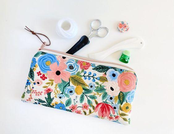 Imagen de producto: https://tienda.costuradiccion.com/img/articulos/secundarias13475-tela-wildwood-garden-party-azul-loneta-media-yarda-2.jpg