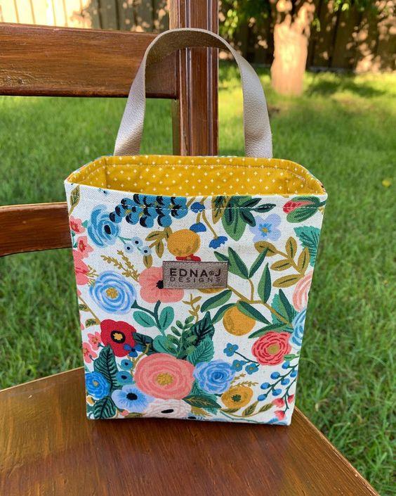 Imagen de producto: https://tienda.costuradiccion.com/img/articulos/secundarias13475-tela-wildwood-garden-party-azul-loneta-media-yarda-6.jpg