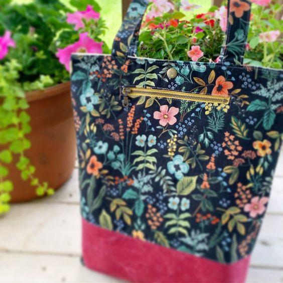 Imagen de producto: https://tienda.costuradiccion.com/img/articulos/secundarias13480-tela-les-fleurs-rosa-floral-loneta-negra-media-yarda-3.jpg