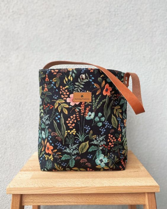 Imagen de producto: https://tienda.costuradiccion.com/img/articulos/secundarias13480-tela-rifle-paper-herb-garden-negra-loneta-medio-metro-8.jpg