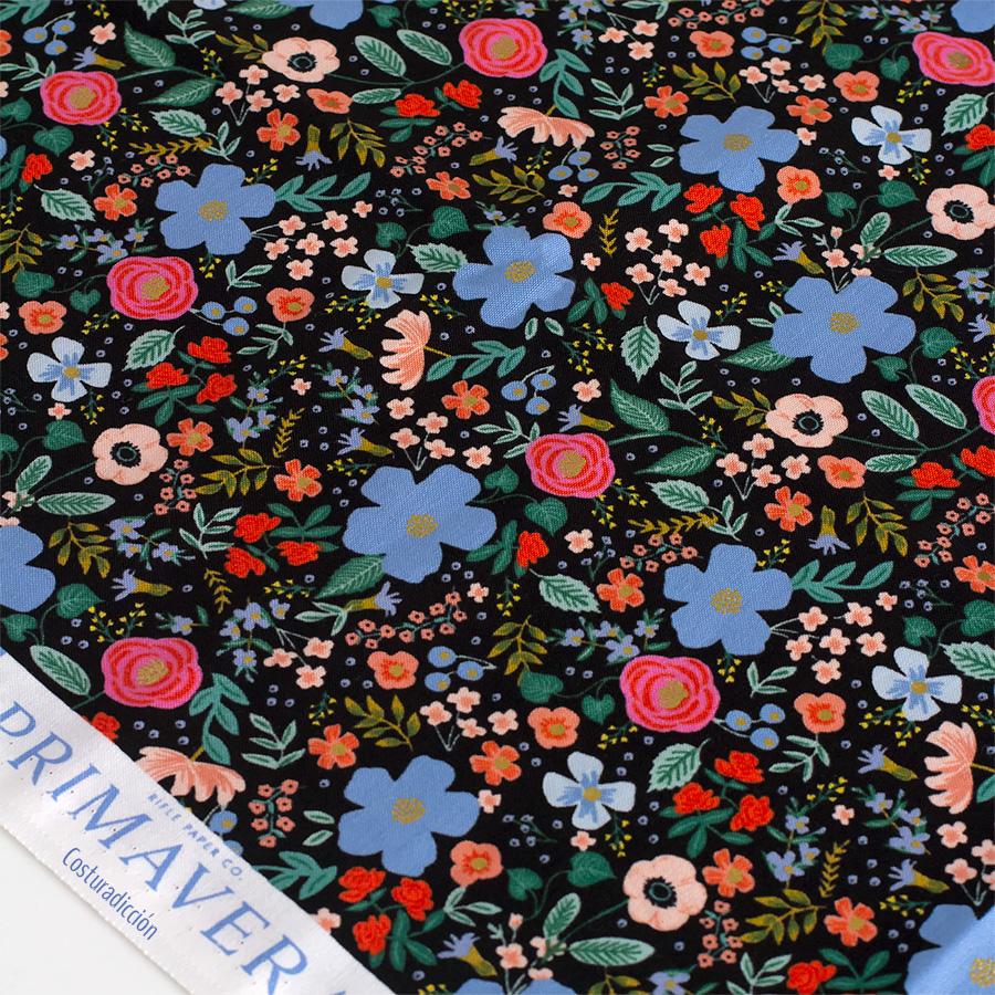 Imagen de producto: https://tienda.costuradiccion.com/img/articulos/secundarias13484-tela-rifle-paper-primavera-wild-rose-negro-algodon-con-metalizado-media-yarda-4.jpg