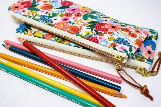 Imagen de producto: https://tienda.costuradiccion.com/img/articulos/secundarias14362-tela-rifle-paper-petite-garden-party-rosa-algodon-media-yarda-2.jpg