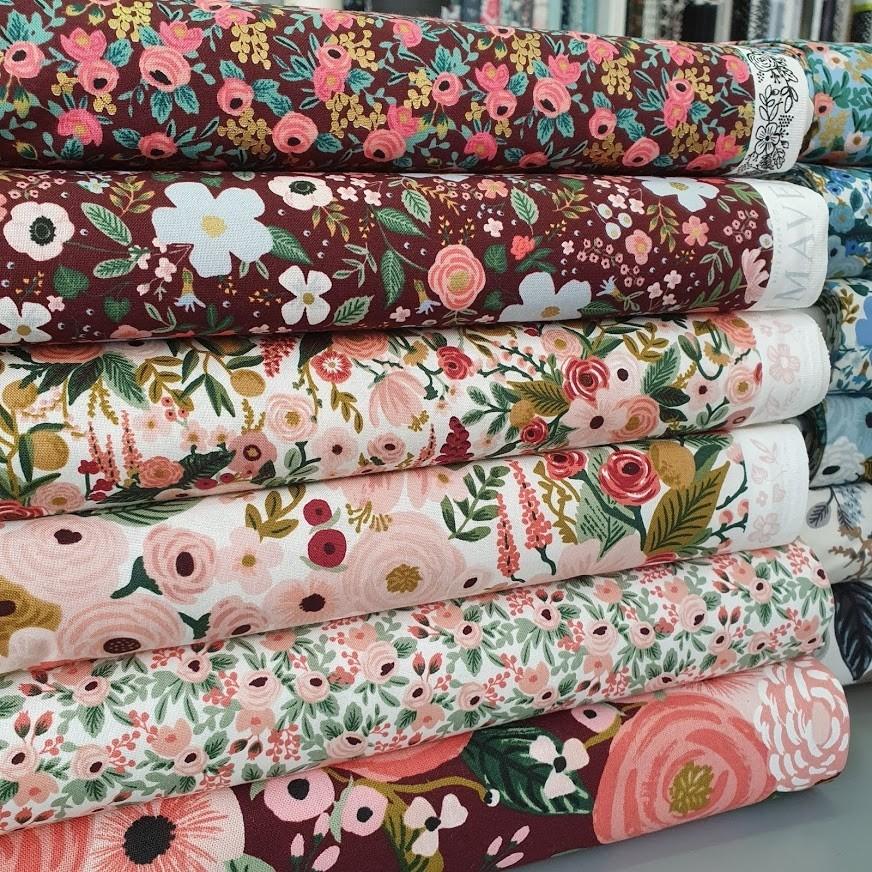 Imagen de producto: https://tienda.costuradiccion.com/img/articulos/secundarias14535-tela-rifle-paper-garden-party-rosa-con-metalizado-algodon-medio-metro-2.jpg